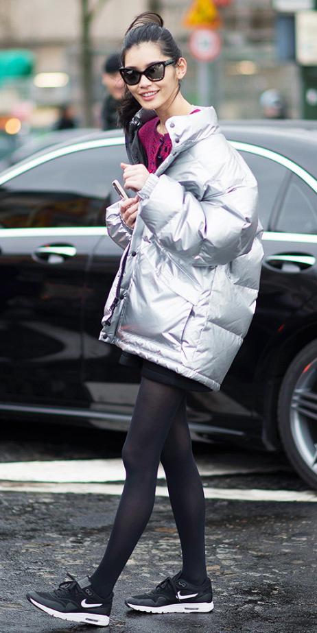 black-mini-skirt-r-pink-magenta-grayl-jacket-coat-puffer-howtowear-fashion-style-outfit-fall-winter-pony-sun-black-tights-black-shoe-sneakers-nike-metallic-model-street-brun-lunch.jpg