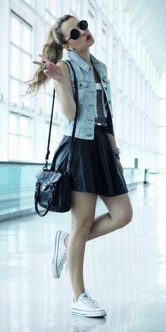 black-mini-skirt-blue-light-vest-jean-pony-hairr-sun-black-bag-white-shoe-sneakers-spring-summer-weekend.jpg