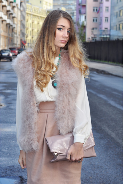peach-pencil-skirt-white-top-blouse-turquoise-necklace-pink-light-vest-fur-fuzz-pink-bag-clutch-blonde-fall-winter-dinner.jpg