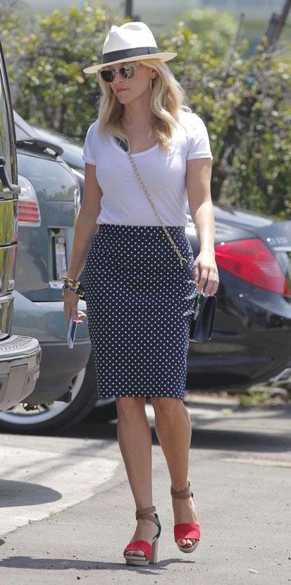 blue-navy-pencil-skirt-white-tee-hat-panama-sun-red-shoe-sandalh-reesewitherspoon-howtowear-style-spring-summer-blonde-lunch.jpg