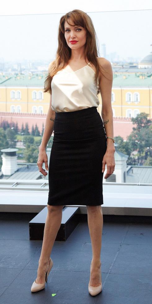 black-pencil-skirt-tan-shoe-pumps-angelinajolie-white-cami-spring-summer-hairr-dinner.jpg