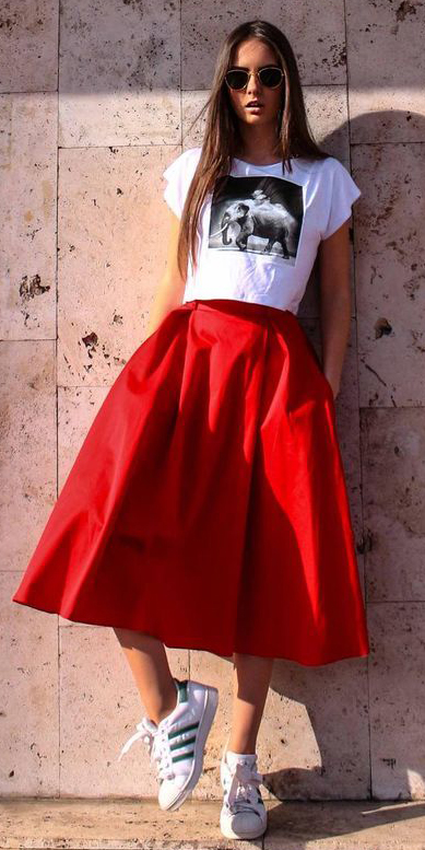 red-midi-skirt-white-graphic-tee-brun-sun-white-shoe-sneakers-spring-summer-weekend.jpg