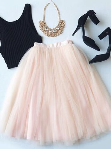 r-pink-light-midi-skirt-black-top-crop-black-shoe-pumps-bib-necklace-tulle-howtowear-fashion-style-outfit-spring-summer-dinner.jpg