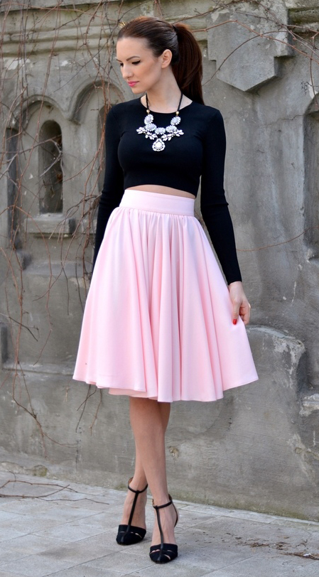 r-pink-light-midi-skirt-black-top-crop-bib-necklace-pony-black-shoe-pumps-howtowear-fashion-style-outfit-spring-summer-brun-dinner.jpg