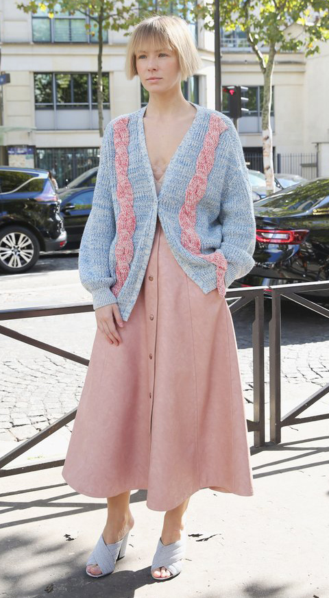 pink-light-midi-skirt-grayl-cardiganl-blonde-gray-shoe-sandalh-fall-winter-lunch.jpg