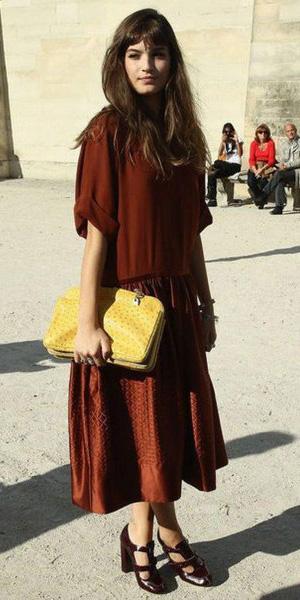 93b4007d1 brown-midi-skirt-brown-top-yellow-bag-clutch-