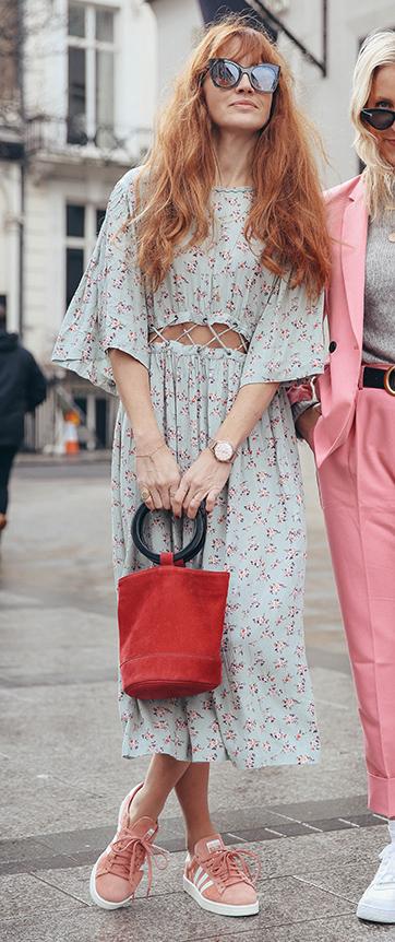 blue-light-midi-skirt-floral-print-red-bag-pink-shoe-sneakers-hairr-sun-spring-summer-lunch.jpg