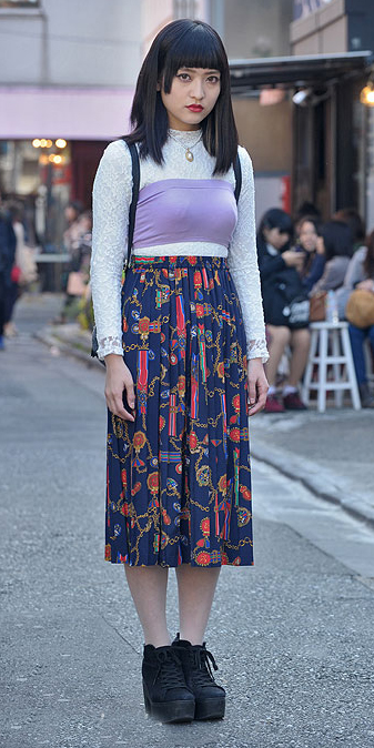 blue-navy-midi-skirt-white-top-wear-outfit-spring-summer-fashion-style-black-shoe-booties-floral-japan-lace-bandeau-brun-lunch.jpg