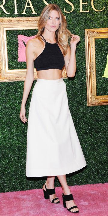 white-midi-skirt-black-top-crop-bralette-black-shoe-sandalh-blonde-howtowear-fashion-style-outfit-spring-summer-dinner.jpg