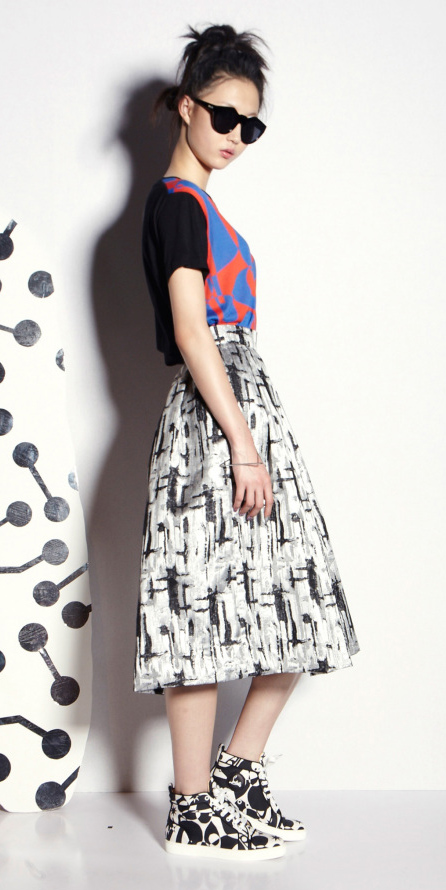 white-midi-skirt-blue-tee-pony-sun-wear-outfit-spring-summer-black-shoe-sneakers-brun-weekend.jpg