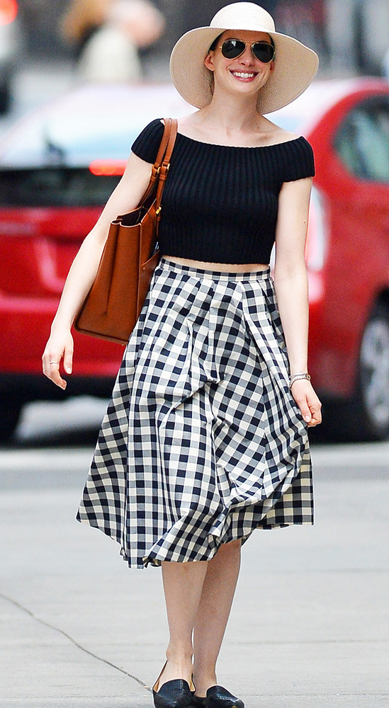 white-midi-skirt-print-cognac-bag-tote-black-crop-top-offshoulder-hat-sun-black-shoe-loafers-annehathaway-spring-summer-lunch.jpg