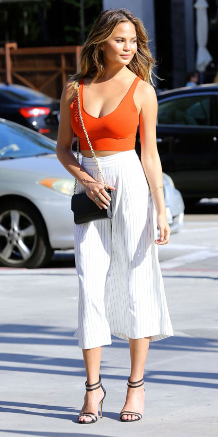 white-culottes-pants-orange-crop-top-black-bag-black-shoe-sandalh-pinstripe-vertical-stripe-chrissyteigen-spring-summer-hairr-lunch.jpg