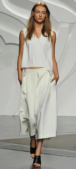 white-culottes-pants-white-top-hairr-spring-summer-style-fashion-wear-black-shoe-mules-runway-lunch.jpg