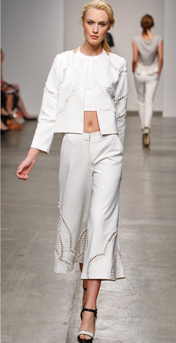 white-culottes-pants-white-top-crop-blonde-black-shoe-sandalh-bun-spring-summer-style-fashion-wear-white-jacket-runway-matching-lunch.jpg