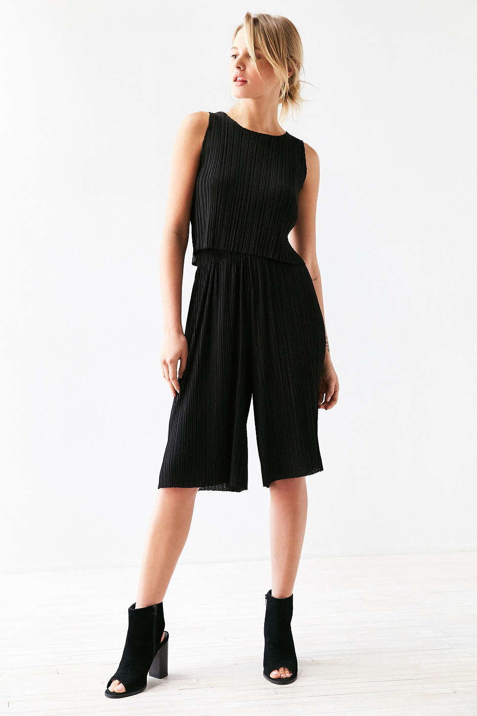 black-culottes-pants-black-top-black-shoe-sandalh-blonde-spring-summer-style-fashion-wear-matching-lunch.jpg