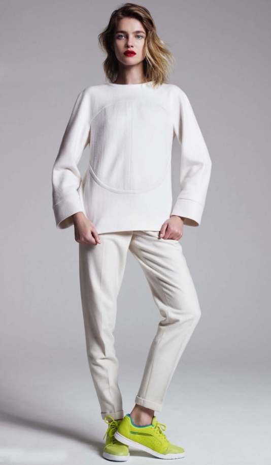 white-chino-pants-white-sweater-green-shoe-sneakers-spring-summer-style-fashion-wear-blonde-weekend.jpg