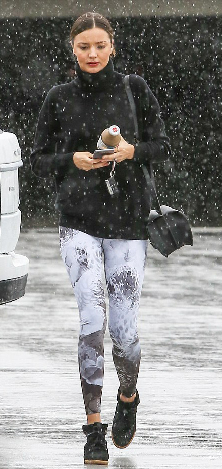 white-leggings-zprint-black-sweater-mirandakerr-wear-outfit-fashion-fall-winter-black-shoe-sneakers-black-bag-bun-turtleneck-classic-brun-weekend.jpg