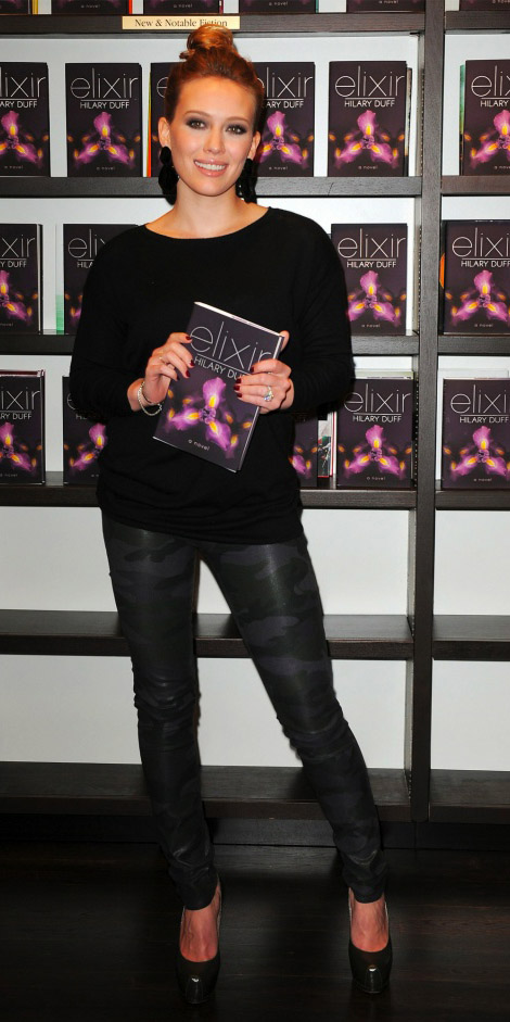 grayd-leggings-camo-print-black-sweater-earrings-bun-black-shoe-pumps-hillaryduff-fall-winter-blonde-dinner.jpg