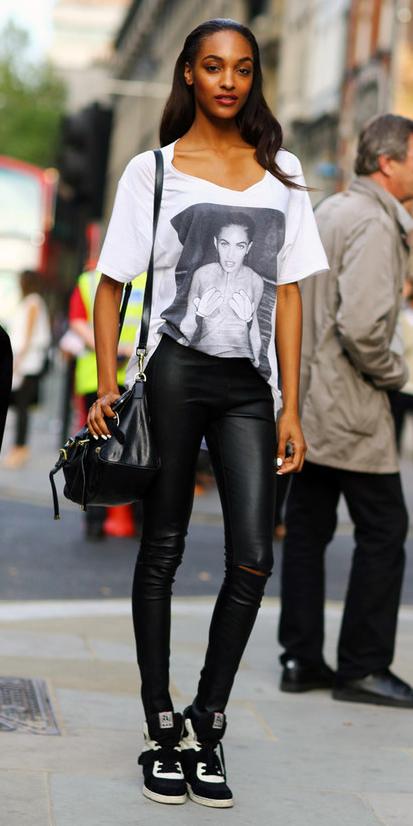 black-leggings-white-tee-black-bag-graphic-wear-outfit-fashion-fall-winter-black-shoe-sneakers-model-style-brun-weekend.jpg