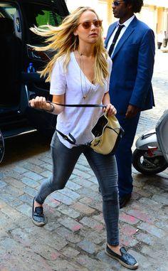 black-leggings-white-tee-wear-style-fashion-spring-summer-black-shoe-flats-tan-bag-necklace-jenniferlawrence-celebrity-blonde-classic-weekend.jpg