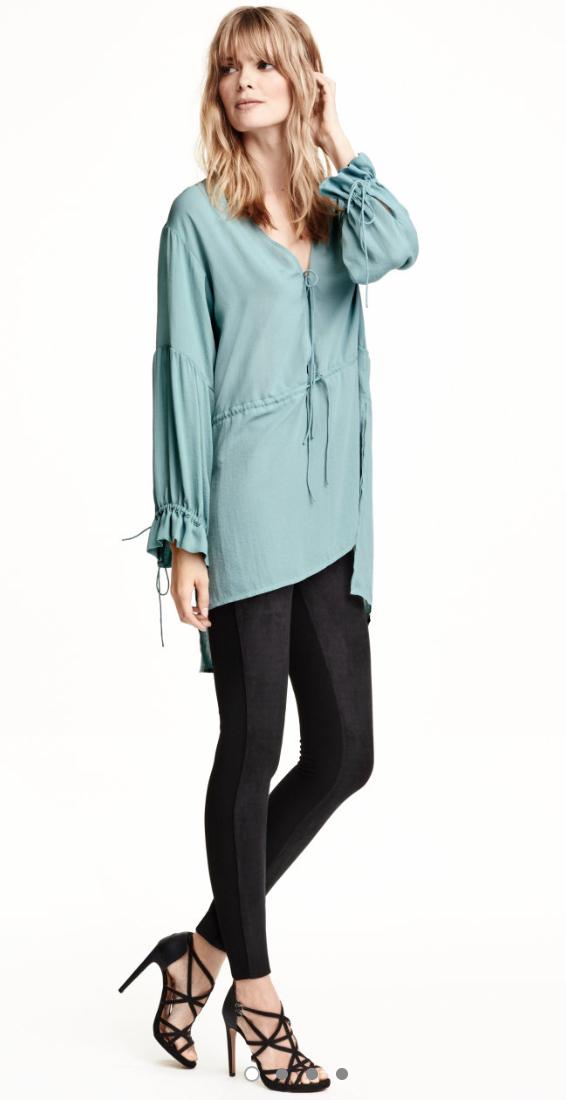 black-leggings-blue-light-top-blouse-wear-style-fashion-spring-summer-black-shoe-sandalh-tunic-blonde-dinner.jpg