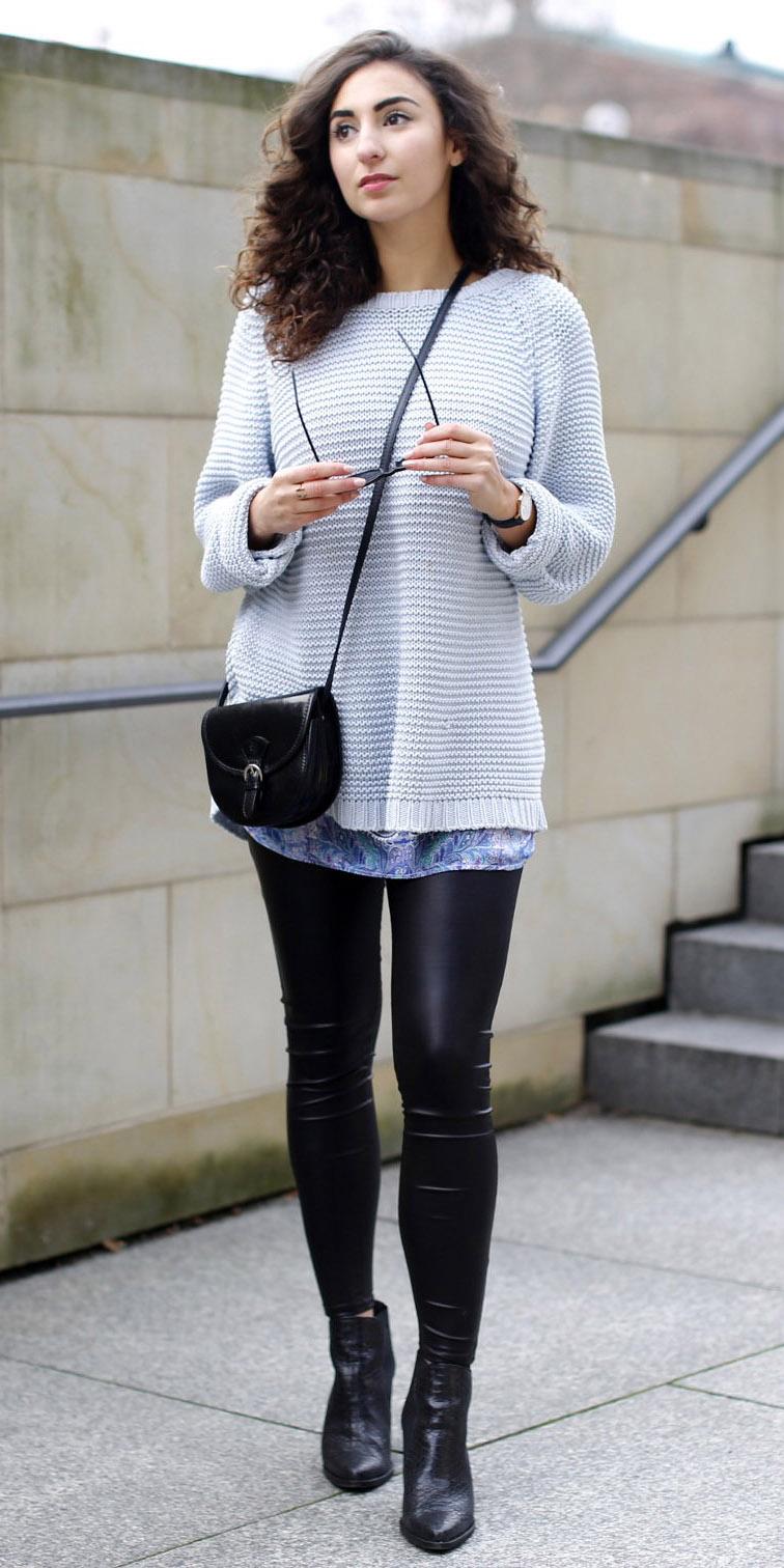 black-leggings-grayl-sweater-wear-outfit-fashion-fall-winter-crossbody-black-bag-black-shoe-booties-brun-lunch.jpg