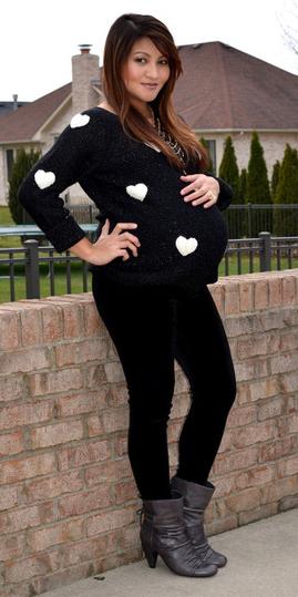 black-leggings-black-sweater-print-heart-dot-maternity-wear-outfit-fashion-fall-winter-gray-shoe-booties-brun-lunch.jpg