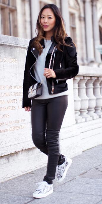 black-leggings-white-tee-wear-style-fashion-fall-winter-black-jacket-moto-white-bag-white-shoe-sneakers-brun-weekend.jpg