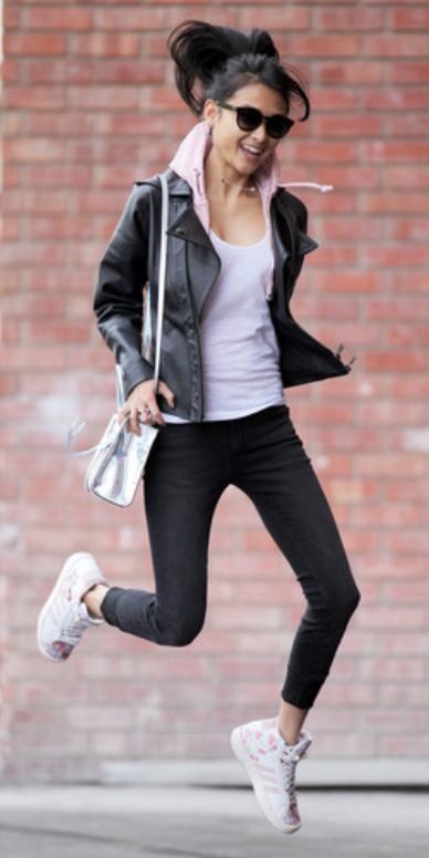 black-leggings-white-tee-black-jacket-moto-pink-light-cardigan-hoodie-white-bag-pony-sun-wear-style-fashion-spring-summer-white-shoe-sneakers-brun-weekend.jpg