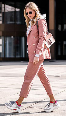 pink-light-slim-pants-suit-white-sweatshirt-hoodie-white-shoe-sneakers-sun-blonde-pink-bag-pink-light-jacket-blazer-rosa-hosenanzug-outfit-fall-winter-weekend.jpg