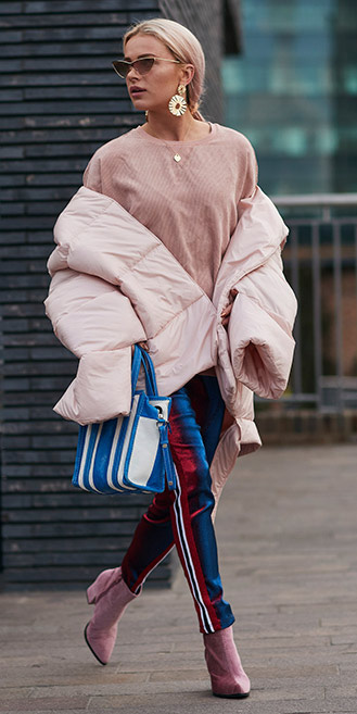 blue-med-slim-pants-trackpants-blue-bag-earrings-pony-pink-shoe-booties-pink-light-jacket-coat-puffer-fall-winter-blonde-dinner.jpg