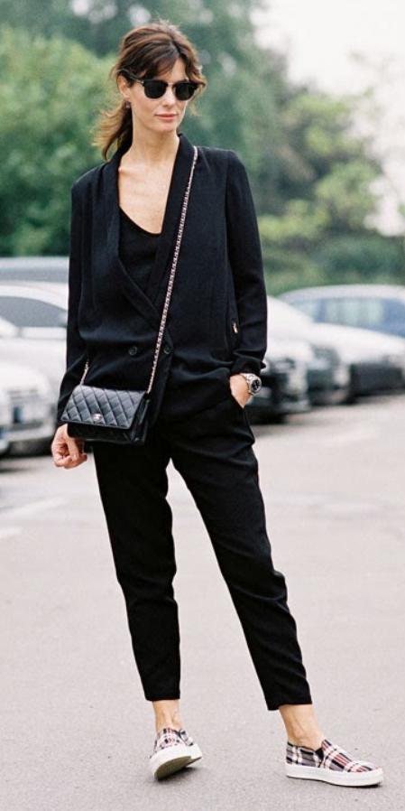 black-slim-pants-black-tee-black-jacket-blazer-black-bag-sun-pony-howtowear-fashion-style-outfit-fall-winter-red-shoe-sneakers-mono-brun-weekend.jpg