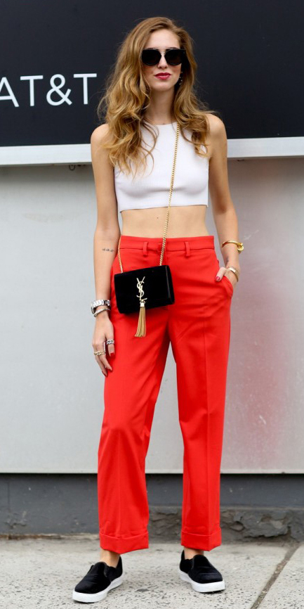 red-wideleg-pants-white-top-crop-sun-howtowear-fashion-style-outfit-fall-winter-black-shoe-sneakers-hairr-black-bag-crossbody-street-weekend.jpg