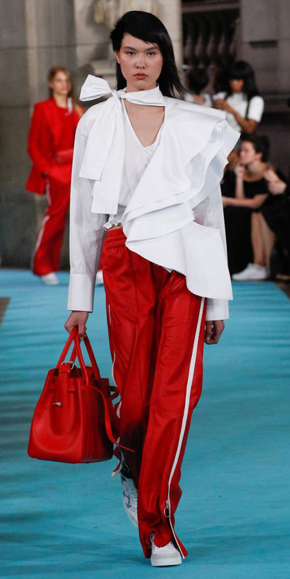 red-wideleg-pants-trackpants-white-top-blouse-brun-red-bag-white-shoe-sneakers-fall-winter-lunch.jpg