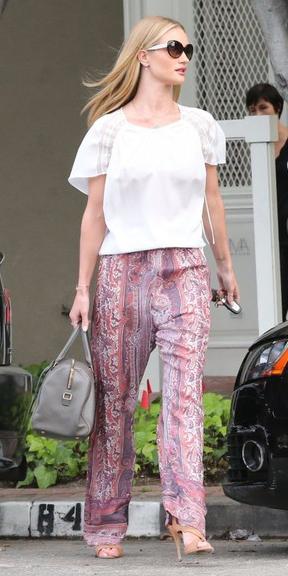 r-pink-light-wideleg-pants-white-top-gray-bag-hand-sun-tan-shoe-sandalh-rosiehuntingtonwhiteley-howtowear-style-fashion-spring-summer-street-celebrity-blonde-lunch.jpg