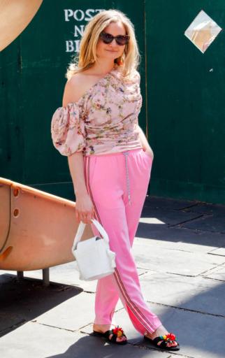pink-light-wideleg-pants-trackpants-pink-light-top-floral-print-blonde-white-bag-black-shoe-sandals-spring-summer-lunch.jpg