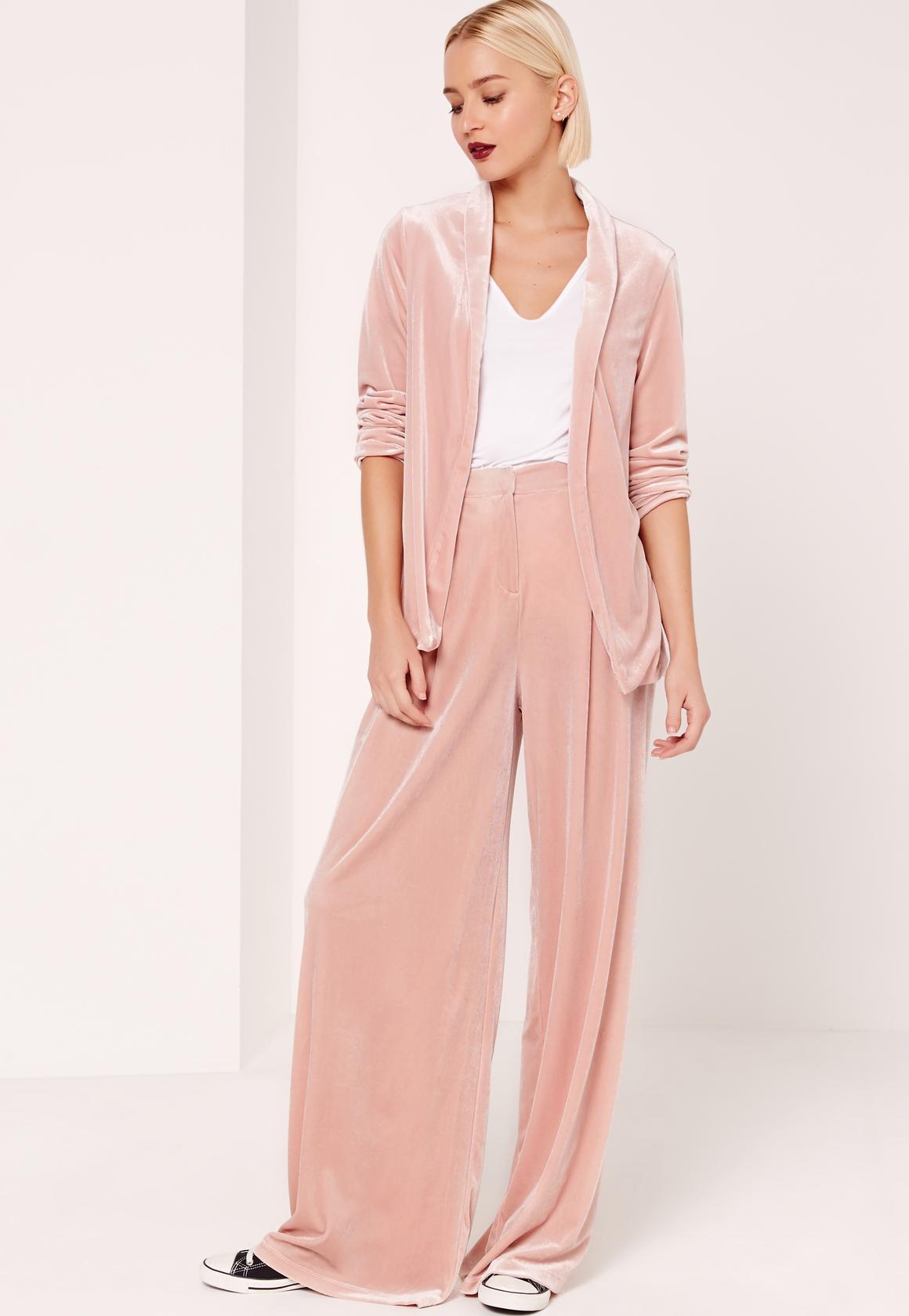 how-to-style-pink-light-wideleg-pants-black-shoe-sneakers-white-tee-pink-light-jacket-blazer-suit-blonde-bob-fall-winter-fashion-velvet-dinner.jpg