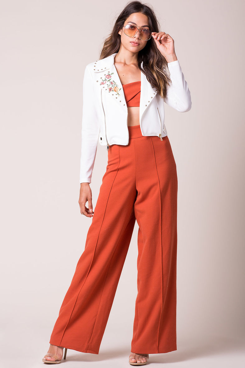 how-to-style-orange-wideleg-pants-white-jacket-moto-hairr-sun-clear-shoe-sandalh-orange-crop-top-fall-winter-fashion-lunch.jpg