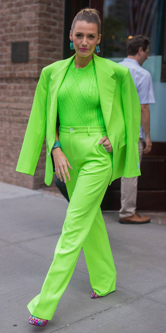 how-to-style-green-emerald-wideleg-pants-mono-blakelively-blonde-earrings-green-emerald-sweater-green-emerald-jacket-blazer-pink-shoe-pumps-fall-winter-fashion-lunch.jpg