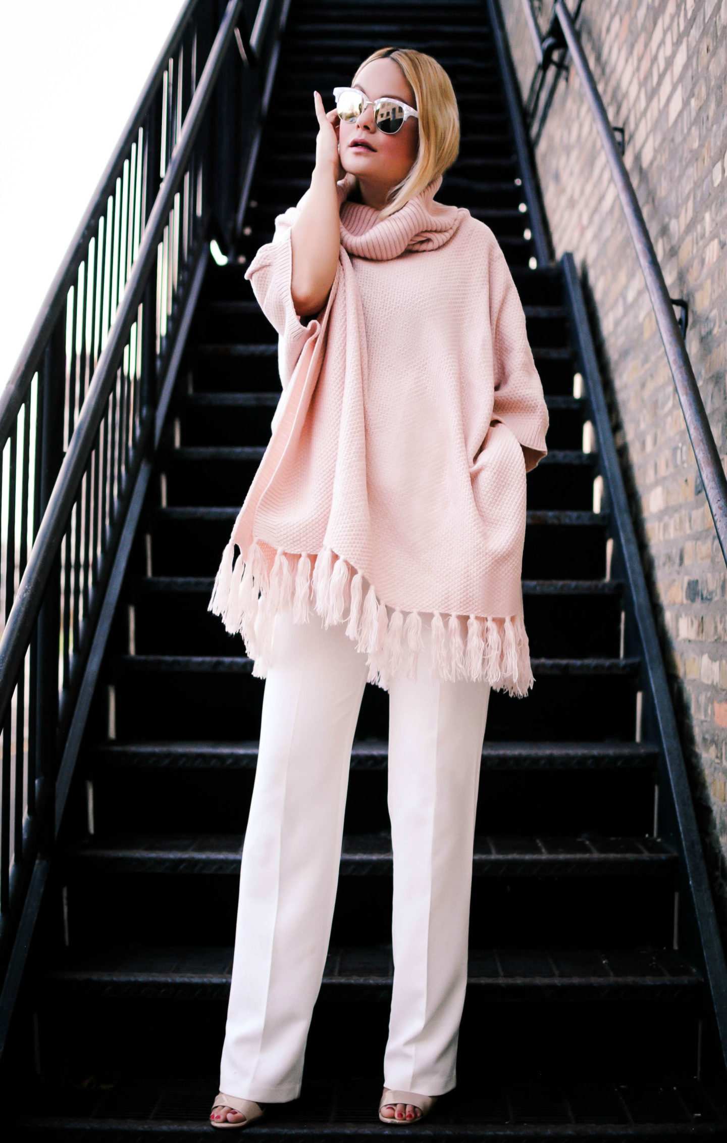 white-wideleg-pants-r-pink-light-sweater-poncho-sun-tan-shoe-sandalh-vanessalambert-howtowear-fashion-style-outfit-fall-winter-blonde-lunch.jpg