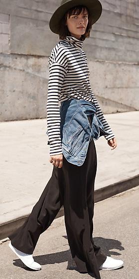 black-wideleg-pants-black-tee-stripe-turtleneck-hat-blue-med-jacket-jean-howtowear-style-fashion-spring-summer-white-shoe-sneakers-brun-weekend.jpg