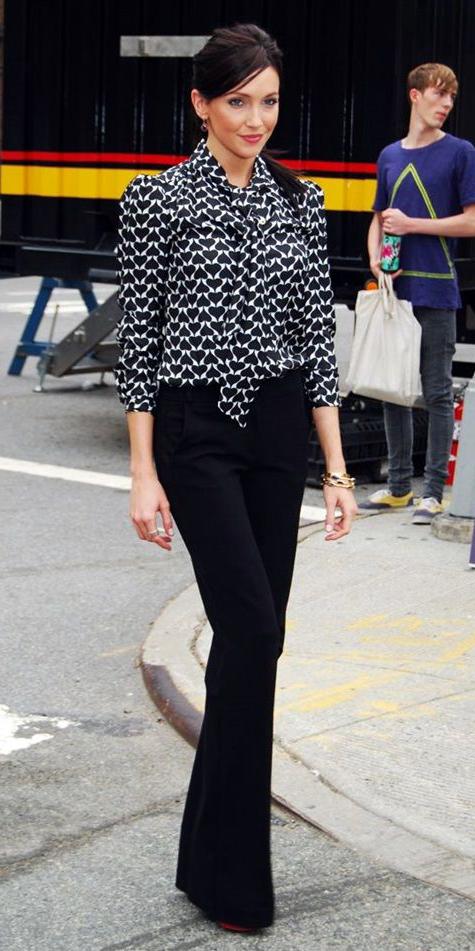 black-wideleg-pants-black-top-blouse-pony-earrings-red-shoe-pujmps-bracelet-howtowear-fashion-style-outfit-fall-winter-bow-brun-work.jpg
