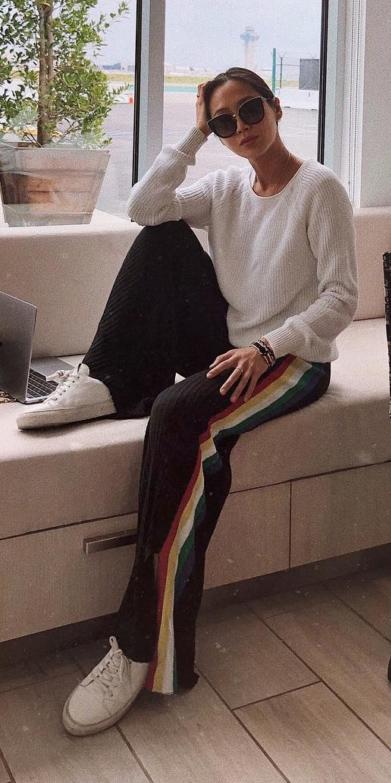 black-wideleg-pants-trackpants-white-sweater-brun-sun-bun-white-shoe-sneakers-fall-winter-weekend.jpg
