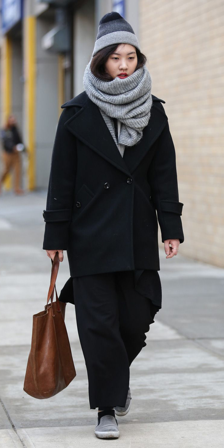 black-wideleg-pants-black-jacket-coat-cognac-bag-tote-gray-shoe-sneakers-howtowear-fashion-style-outfit-fall-winter-grayl-scarf-street-beanie-brun-weekend.jpg