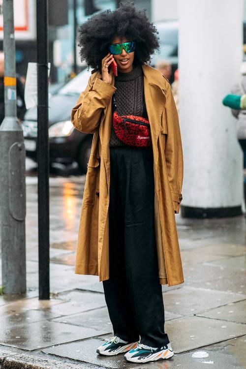 black-wideleg-pants-brown-sweater-red-bag-fannypack-brun-sun-camel-jacket-coat-trench-white-shoe-sneakers-dad-chunky-fall-winter-weekend.jpg