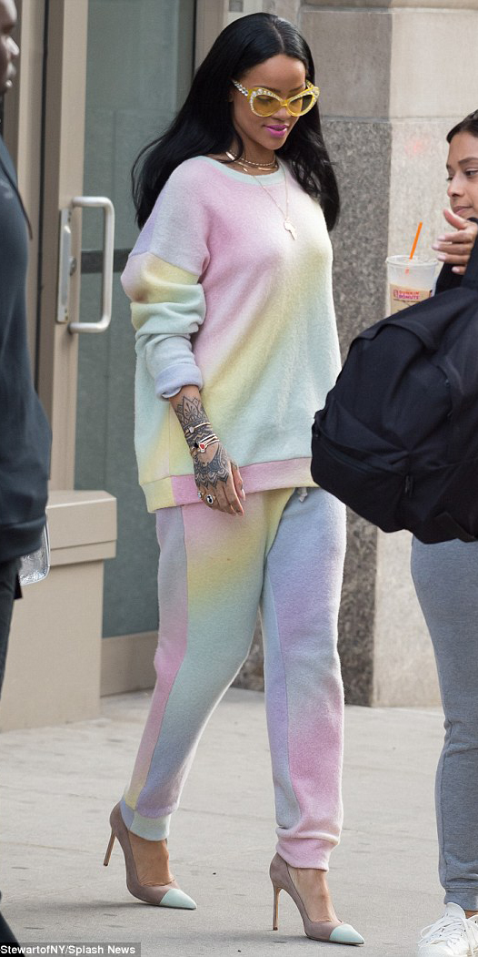 r-pink-light-joggers-pants-zprint-r-pink-light-sweater-sweatshirt-sun-necklace-wear-style-fashion-spring-summer-tan-shoe-pumps-match-sweats-brun-lunch.jpg