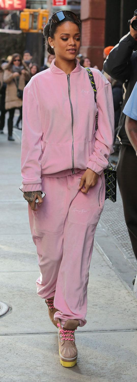 r-pink-light-joggers-pants-r-pink-light-cardigan-tan-shoe-booties-bun-studs-wear-style-fashion-fall-winter-match-brun-rihanna-hoodie-sweatsuit-weekend.jpg