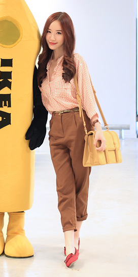 camel-joggers-pants-peach-collared-shirt-gingham-print-tan-bag-red-shoe-flats-fall-winter-hairr-lunch.jpg