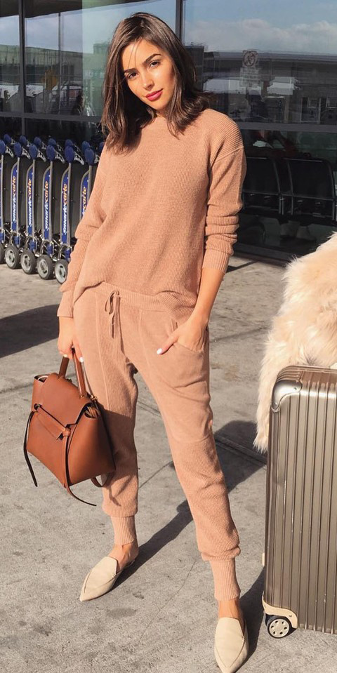 camel-joggers-pants-camel-sweater-mono-cognac-bag-white-shoe-loafers-slides-airport-oliviaculpo-spring-summer-hairr-weekend.jpg