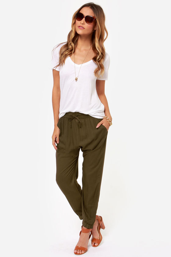 green-olive-joggers-pants-white-tee-necklace-sun-cognac-shoe-sandalh-howtowear-fashion-style-outfit-spring-summer-hairr-weekend.jpg